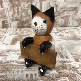 Индонезийский кот с табличкой