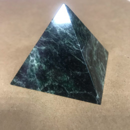 Пирамидка из змеевика 6,5 х 6,5 х 5 см.