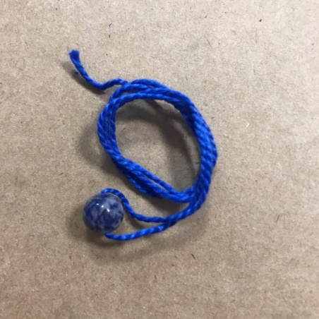 Синяя обережная нить с натуральным камнем содалит