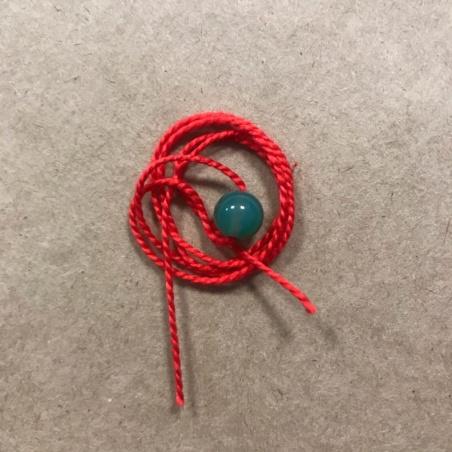 Красная нить с натуральным камнем нефрит
