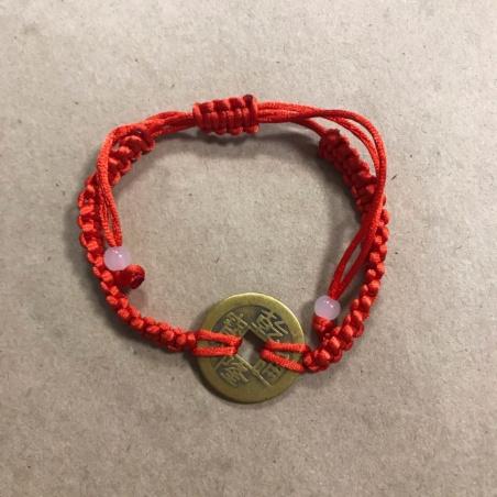 Плетеный браслет с монетой счастья